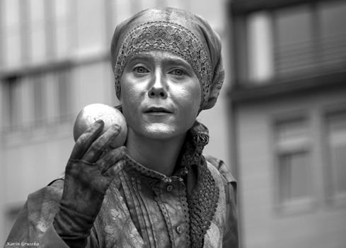 Die silberne Apfelfrau vom Hamburger Rathausmarkt